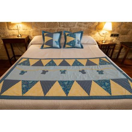 Pie de cama a juego con cojines en color azul